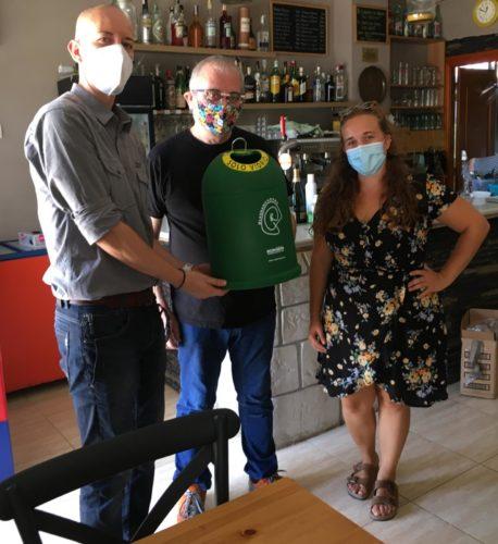 La regidora Cristina Llorens amb el Ivan Costa d'Ecovidrio i el propietari de la Tasca d'en Joan