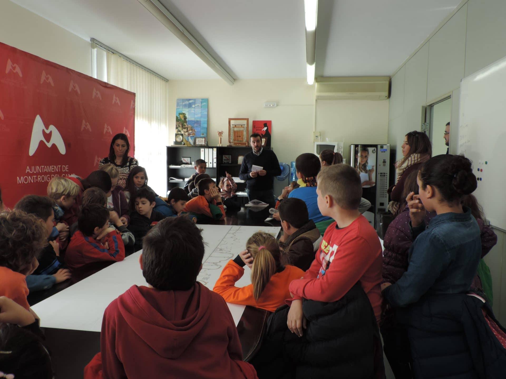 Alumnos de primaria de la escuela joan mir visitan las for Oficinas del ayuntamiento